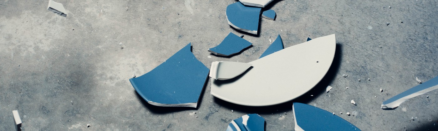 Image of broken kitchen plates.