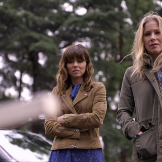 Screenshot of Linda Cardelinni as Judy and Christina Applegate as Jen in Netflix series Dead to Me.