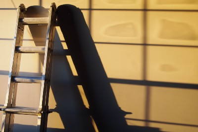 How to Use a Ladder Safely and Safety Tips for Walking on Roofs