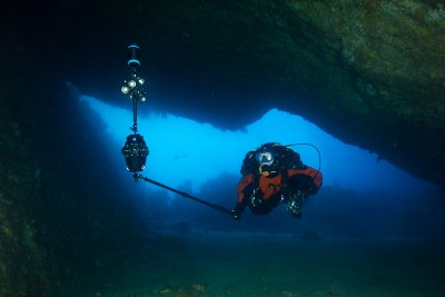 3D reconstruction of a submarine cave from underwater 360-degree video