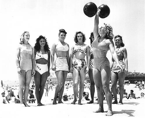 Pudgy Stockton lifting a barbell at Muscle Beach