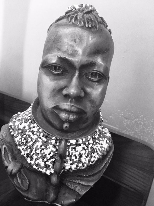 personal picture of an African antique head frame