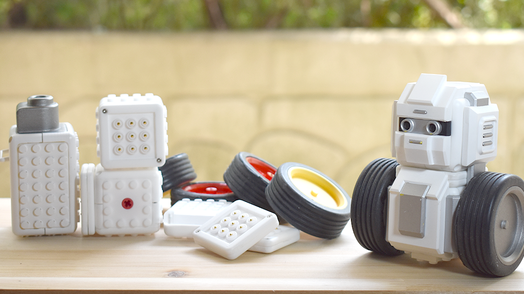 MAUNZI Is a Lego-Compatible Robot Kit You Can Build Without