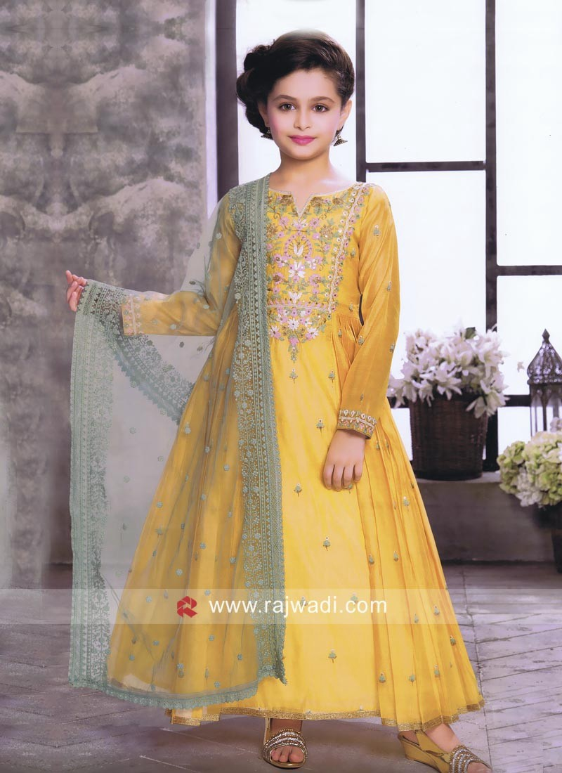 0025acd1eb Lehenga choli : Yes, if it's for mothers, why not for our little angel?  When it comes to dressing up traditionally, most of us first think about  where to ...