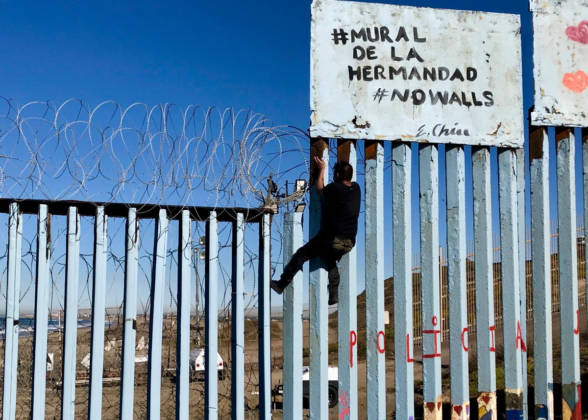 Stranded in no-man's-land — Laney reporter travels U S-Mexico border