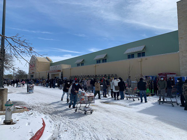 Texans line up outside a grocery store during the winter storm that knocked power offline.