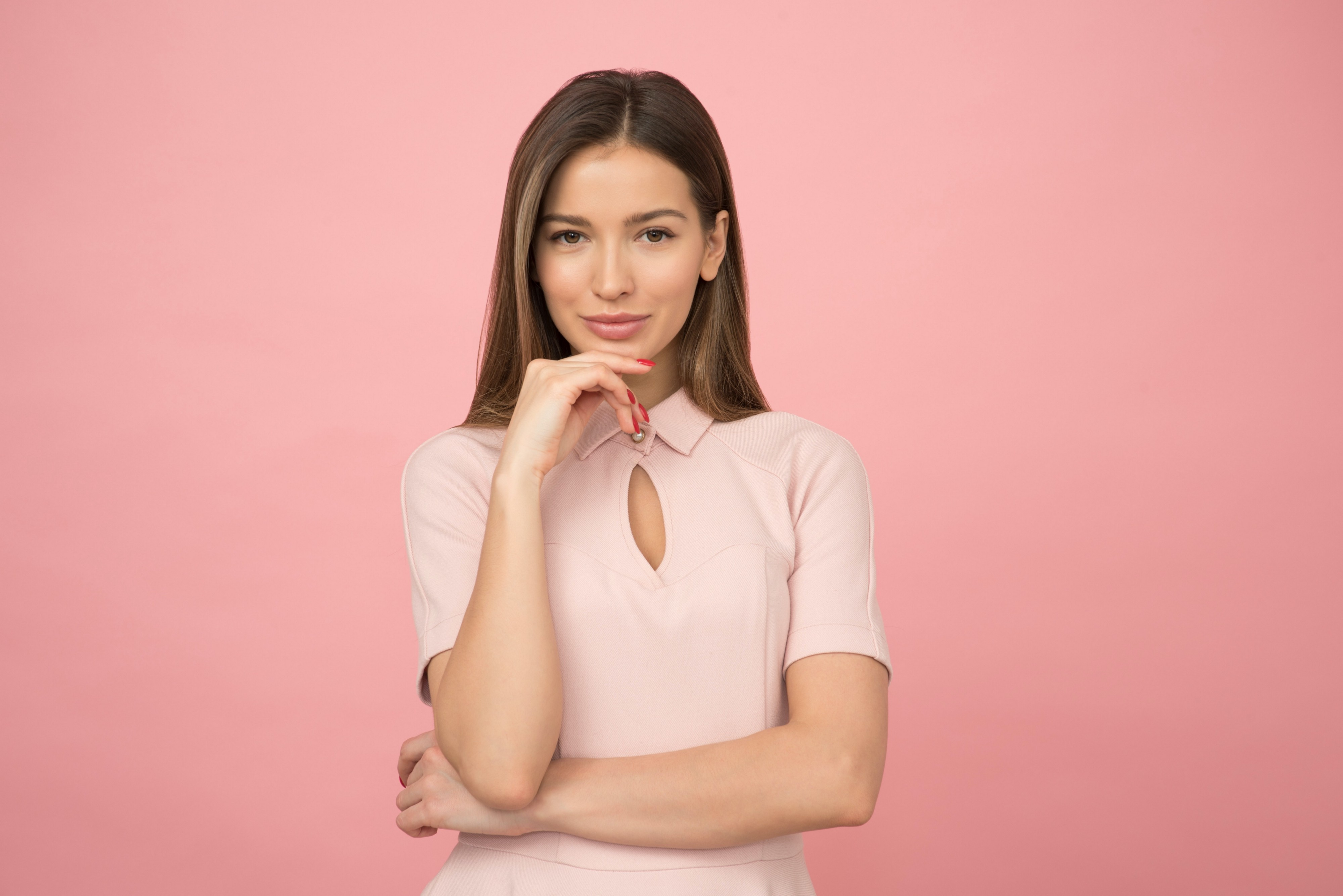 Woman in front of pink screen. 30 minutes of personal development can change your life forever.