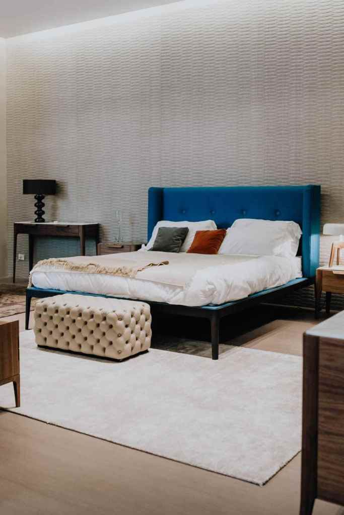 differences between laminate and vinylic floors in a classical bedroom with velvet bed