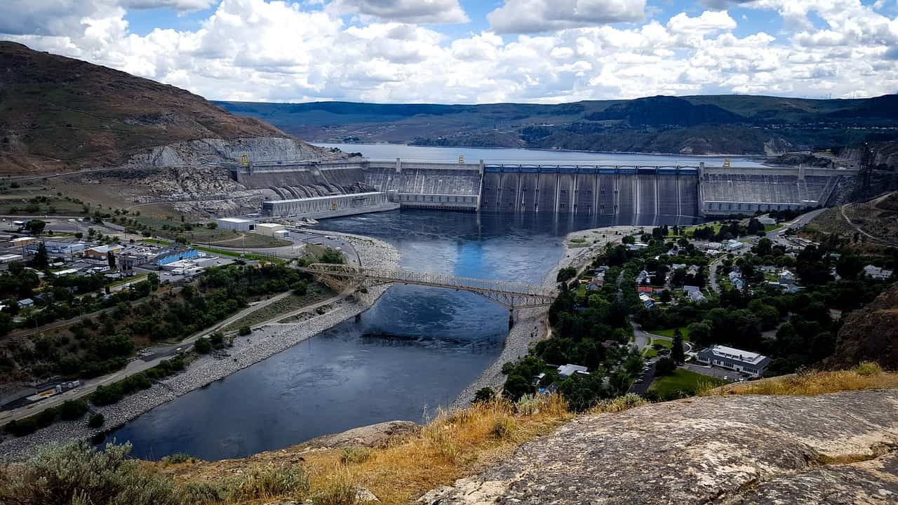 Photo of Grand Coulee Dam on the Columbia River, with the reservoir behind.