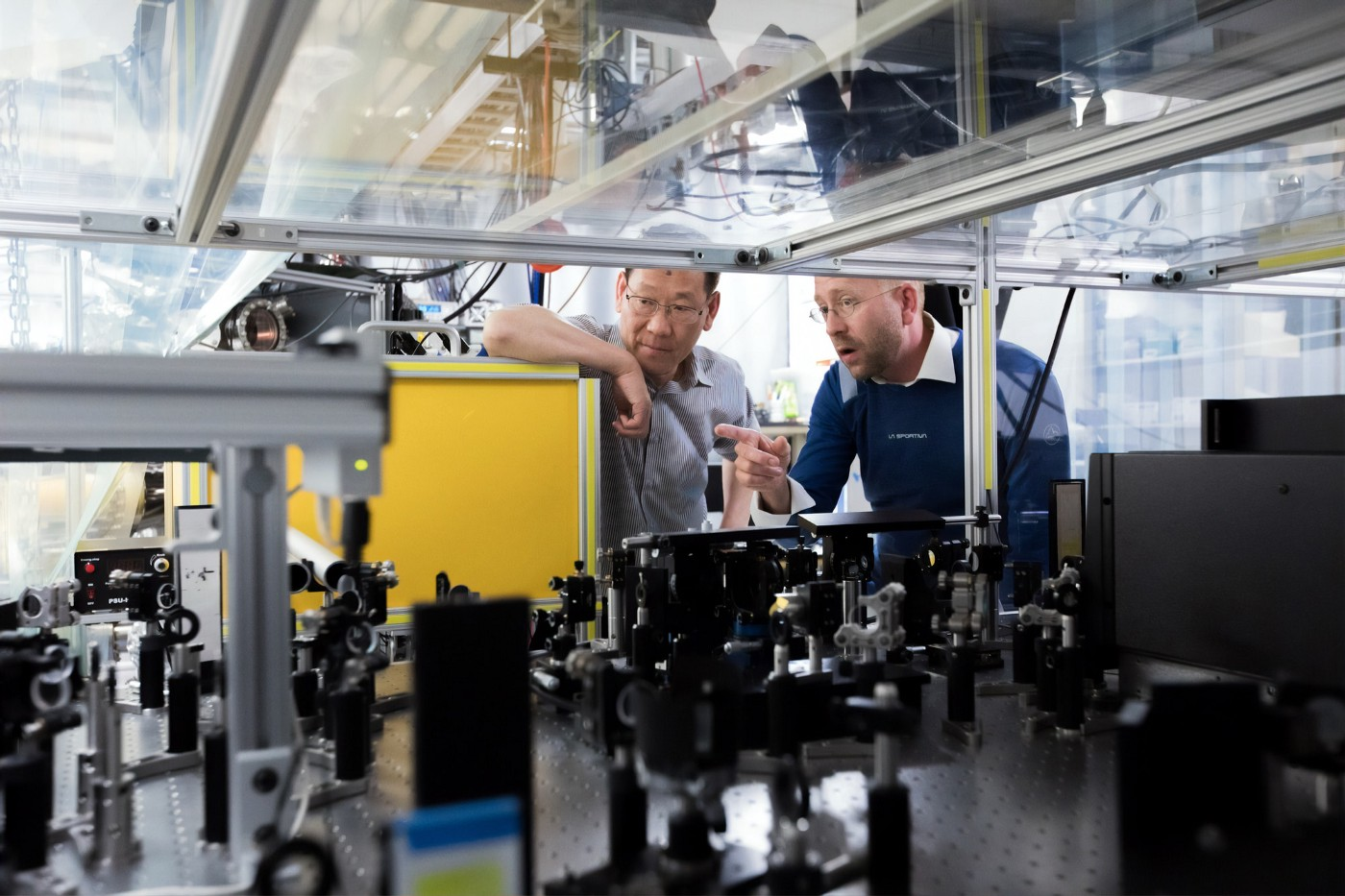 SCIENTISTS MEASURE HOW ELECTRONS MOVE IN SYNC WITH ATOMIC VIBRATIONS AT SLAC.     SLAC/STANFORD PROFESSOR AND SLAC STAFF SCIENTIST WITH THE ARPES INSTRUMENT USED TO MEASURE ELECTRON ENERGY AND MOMENTUM IN AN IRON SELENIDE FILM.
