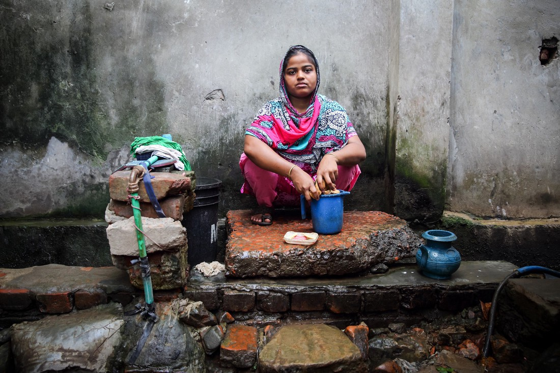 Rasheda washes clothes in Chittagong, Bangladesh. She shares a water tap with 25 other people. Credit: GMB Akash/Oxfam