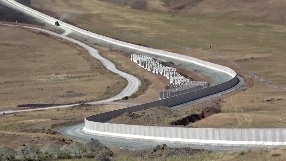 Turkey builds wall to prevent illegal border crossings