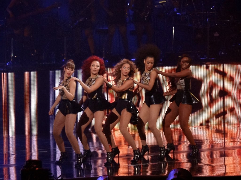 """Beyoncé performing """"Crazy in Love"""" on-stage with four backup dancers"""