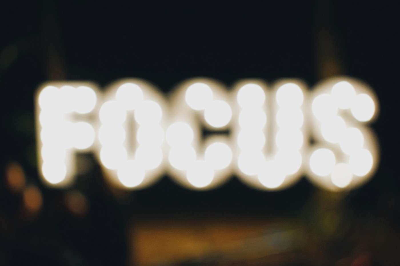 Head picture of the article. Shows the word 'FOCUS' made of lightbulbs, and blurred on a black background.