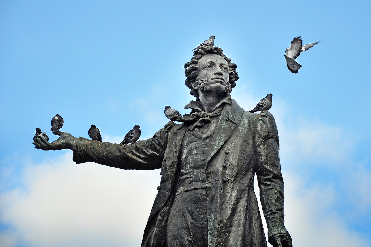 A statue of the poet Pushkin in Russian (and pigeons)
