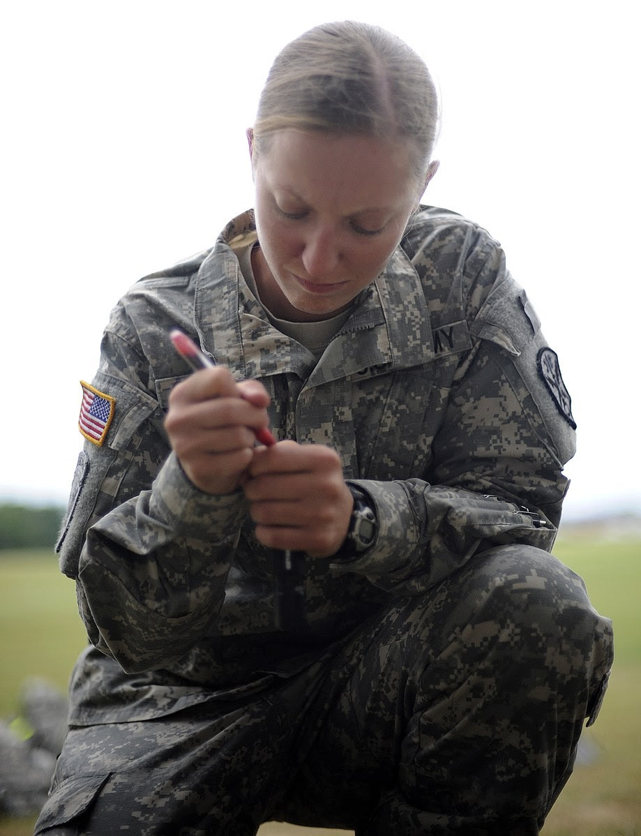Photo: Hale, Timothy. Female soldier on duty. 2009, Wikimedia Commons.