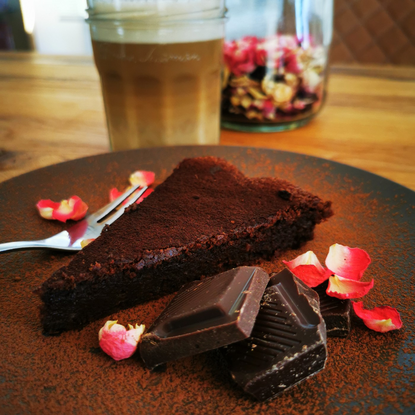 low-carb gluten-free chocolate cake by https://www.belly2brain.com/