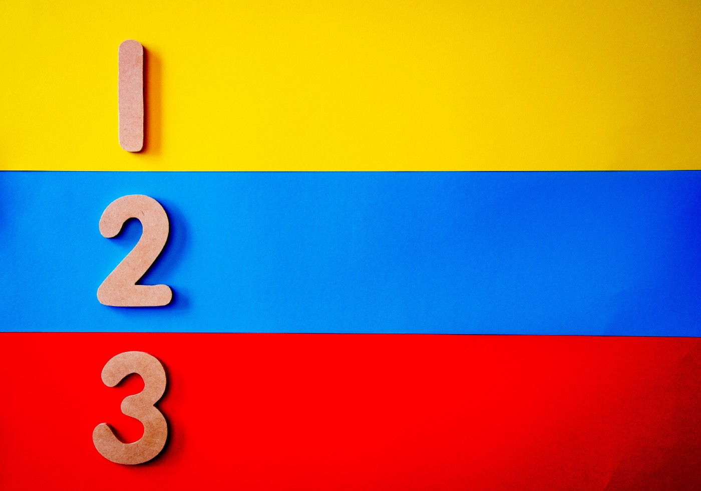 Numbers 1, 2, 3, with yellow, blue and red lines