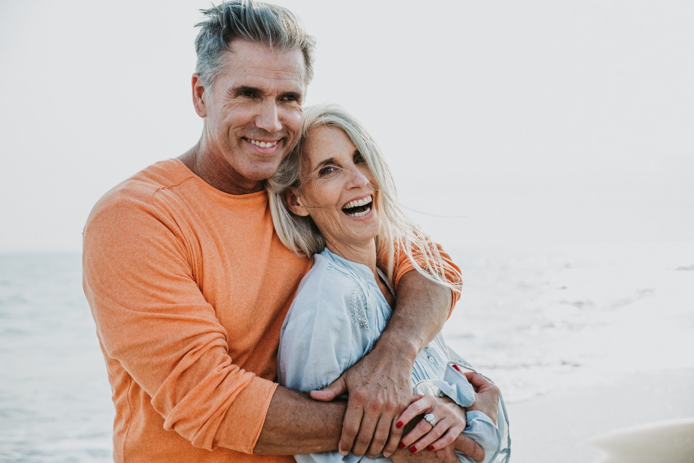 happy-senior-couple-spending-time-beach-concepts-about-love-seniority-people—Un Swede