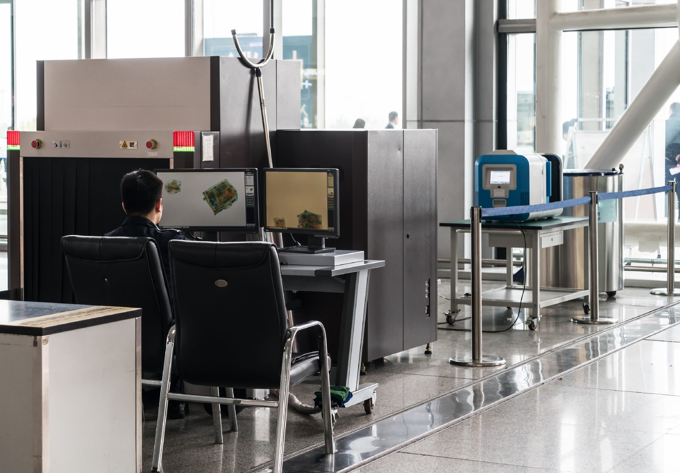 airport-security-check-point-with-metal-detector—Un Swede