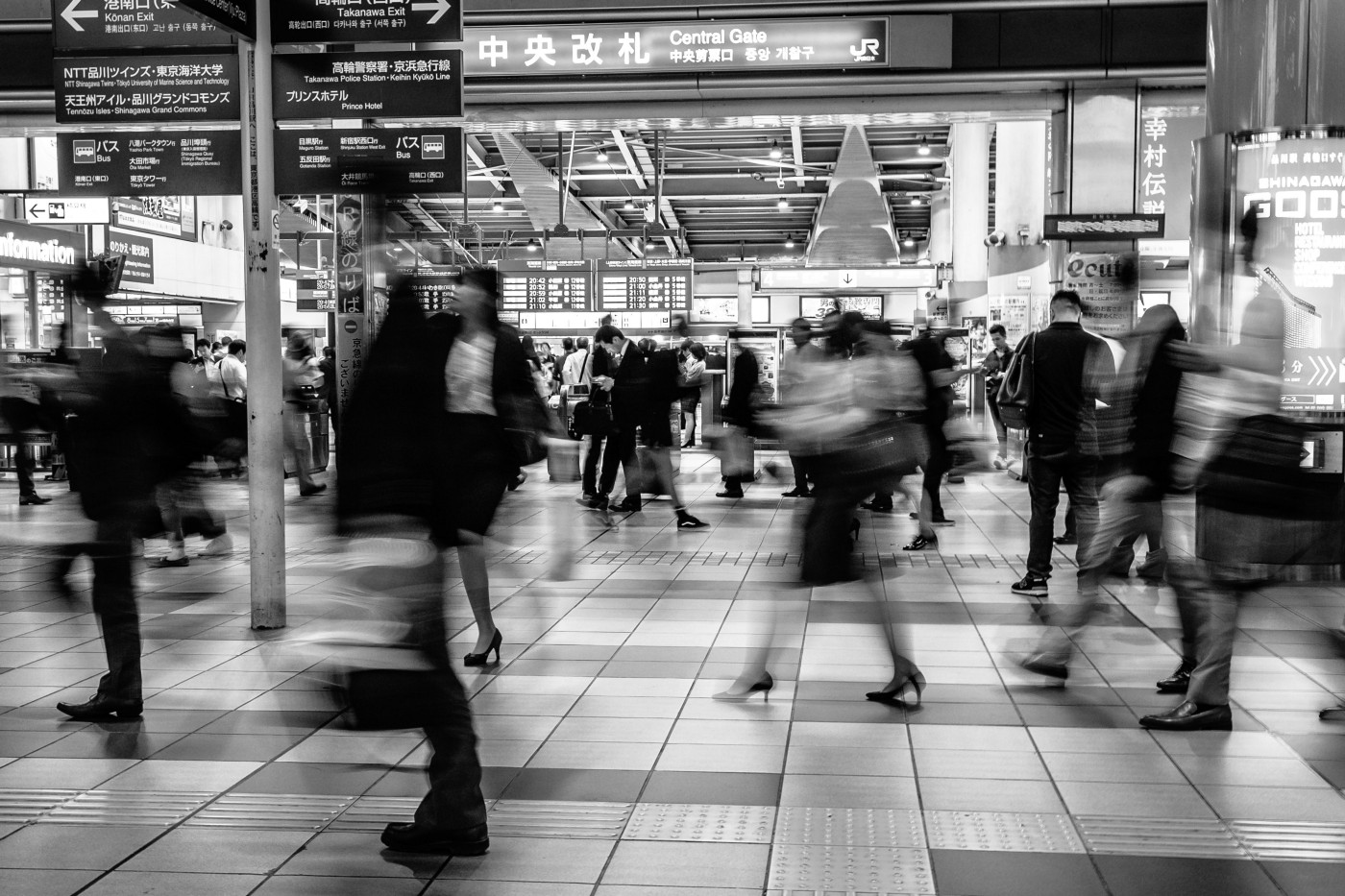 Many people busy and in blur at Tokyo's Shinagawa subway station