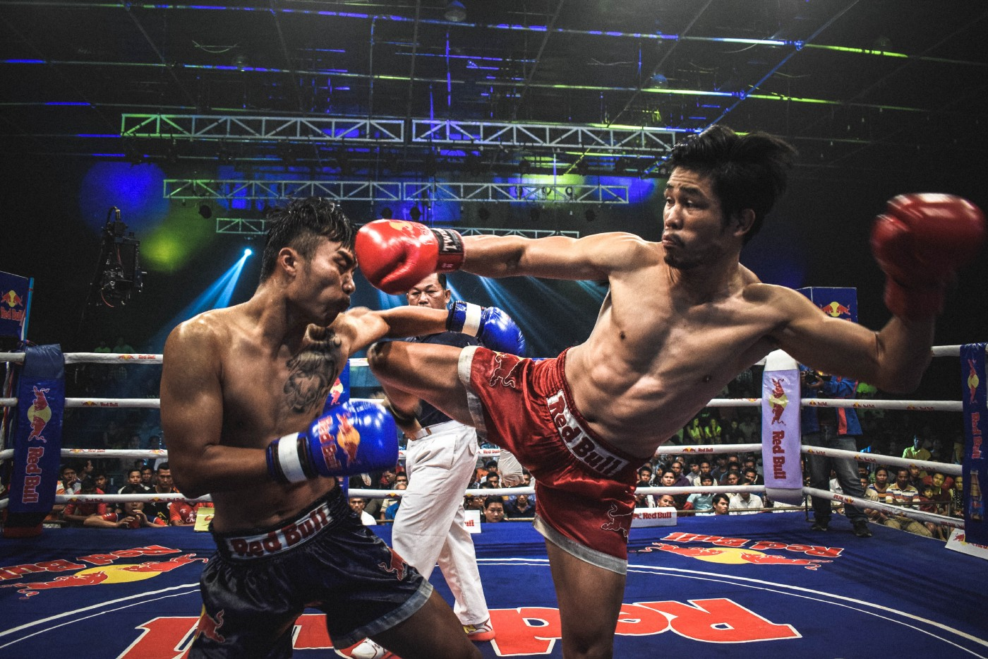 Two Muay Thai boxers fighting