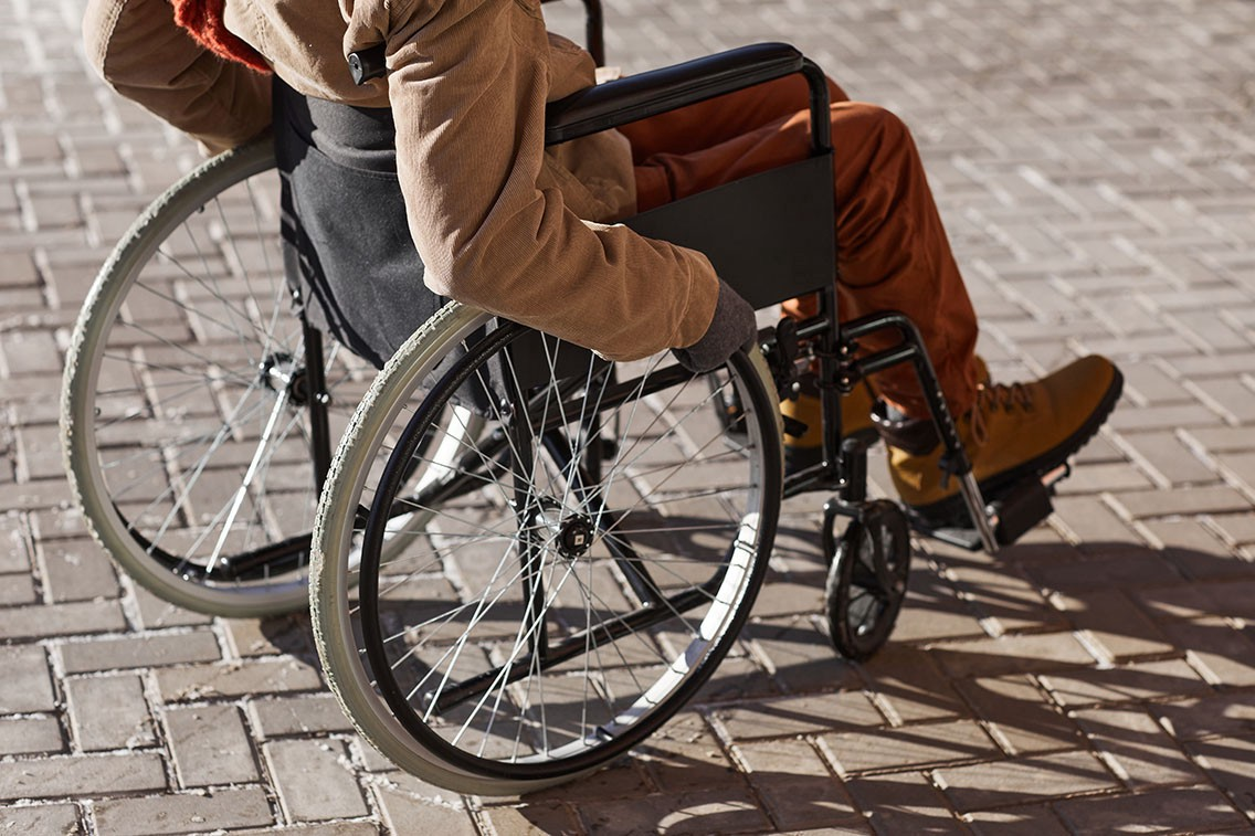 cropped-shot-unrecognizable-african-american-man-wheelchair-moving-urban-city-lit-by-sunlight-copy-space—Un Swede