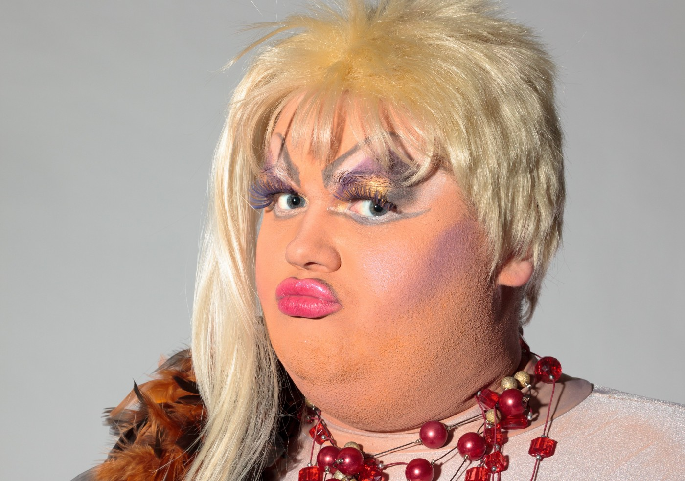 Chubby drag qeen in blonde wig