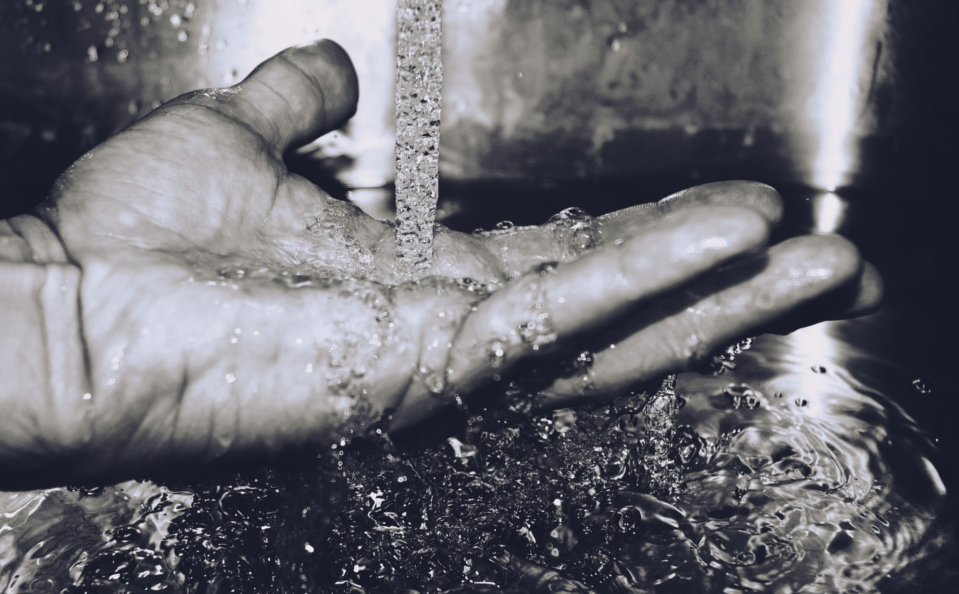 Picture of washing a hand with water