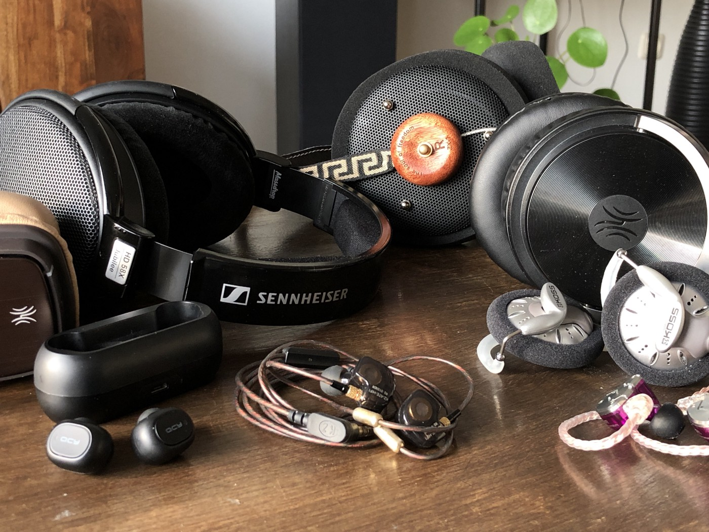 259f553689636a REFERENCE LIST: Best headphones and earphones under 200 dollar