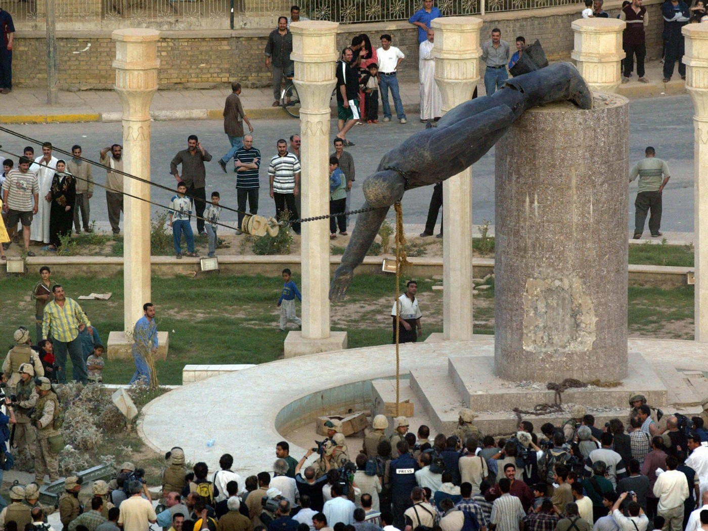 Statue of Iraqi President Saddam Hussein being pulled down in Baghdad's al-Fardous square on April 9, 2003 (cred: MSNBC.com)