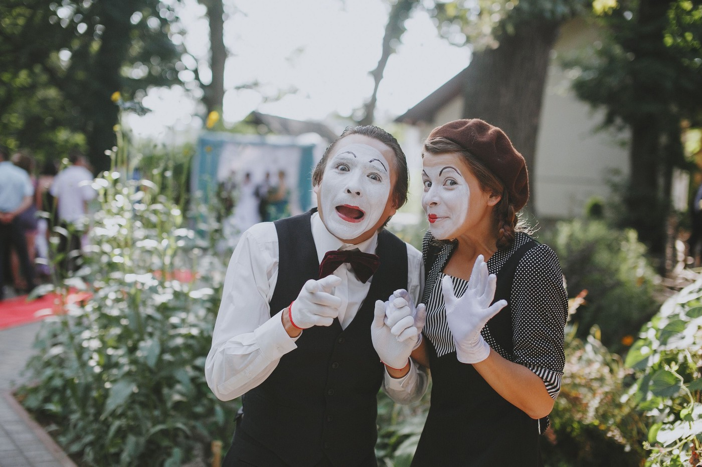 People love to hate mimes. Here's a picture of two mimes.