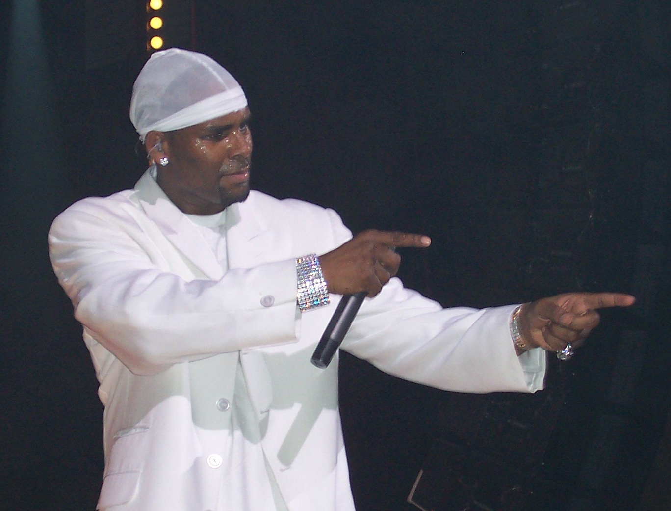 photo of R-Kelly performing