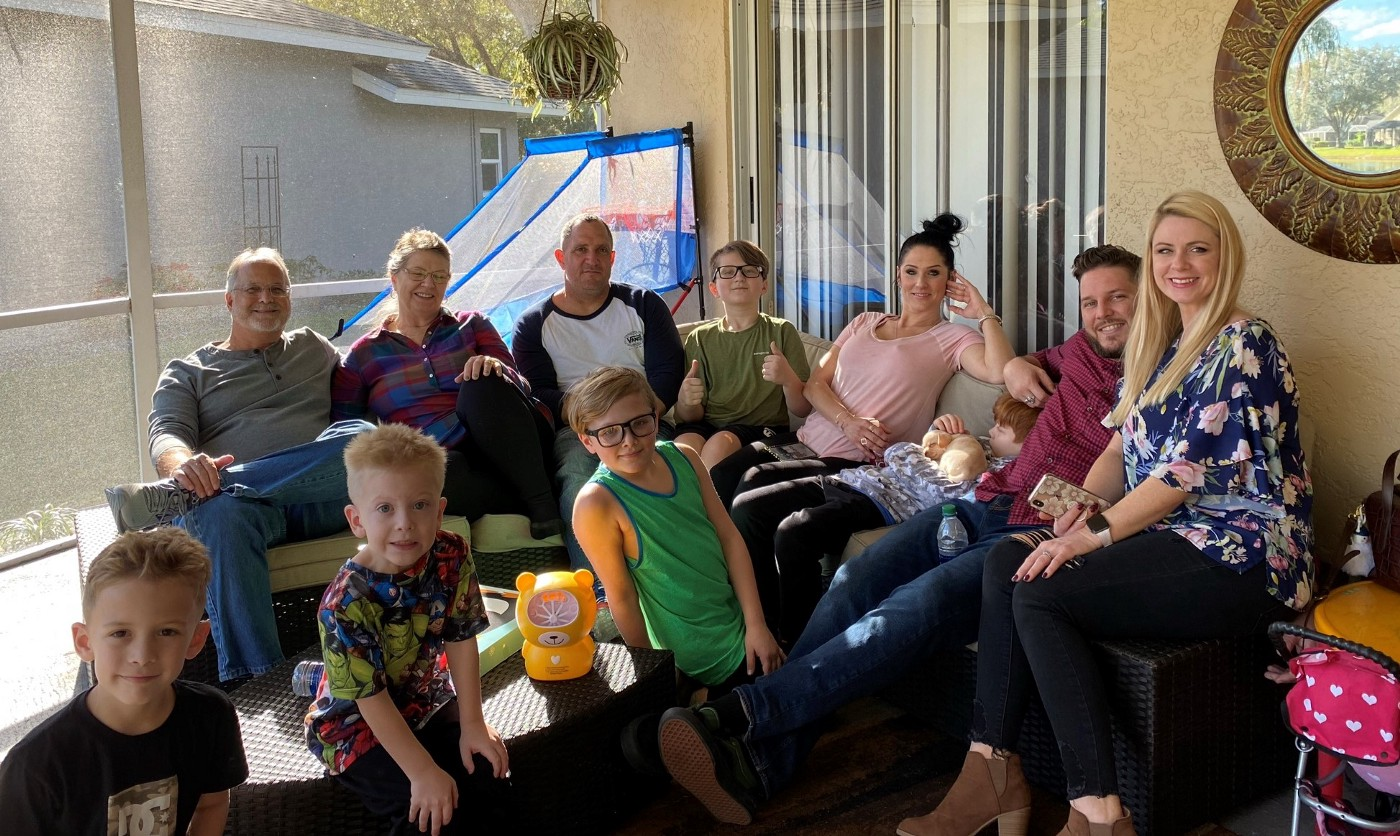 Family picture with grandparents, parents and children.