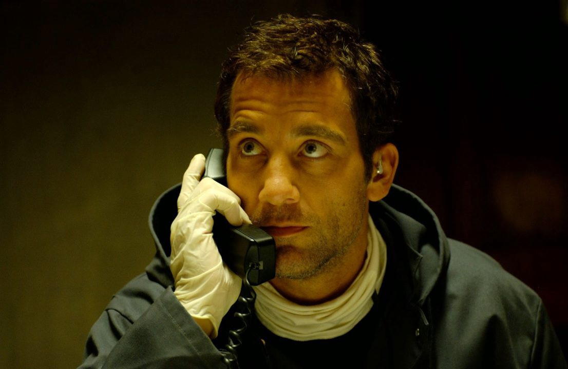 Clive Owen holds a phone to his ear in Inside Man