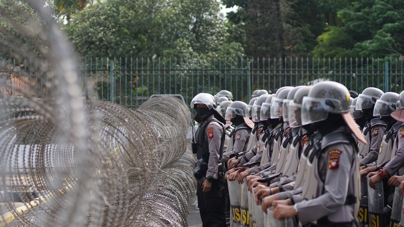 Police forces lining up in front of the parliament building during the Reformasi Dikorupsi protest on 30 September 2019.