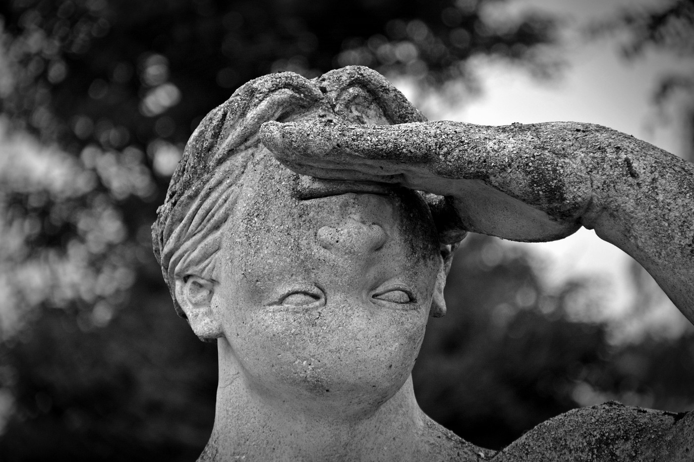 """A statue with its face in the """"wrong"""" direction (upside down)"""