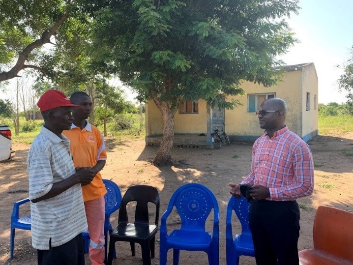 Members of the EDM staff interview a community leader in the Chokwe delegation.
