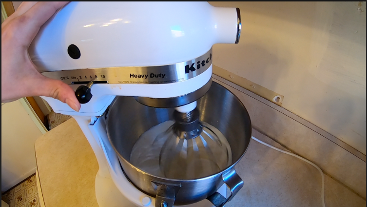 Blend the cream in the mixer
