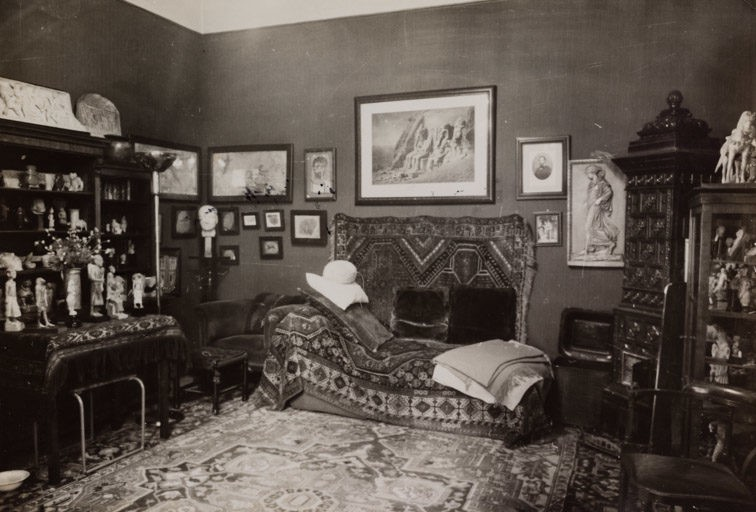 A black and white photograph of Freud's Vienna Office in 1937 showing the couch where his patients lay for analysis.