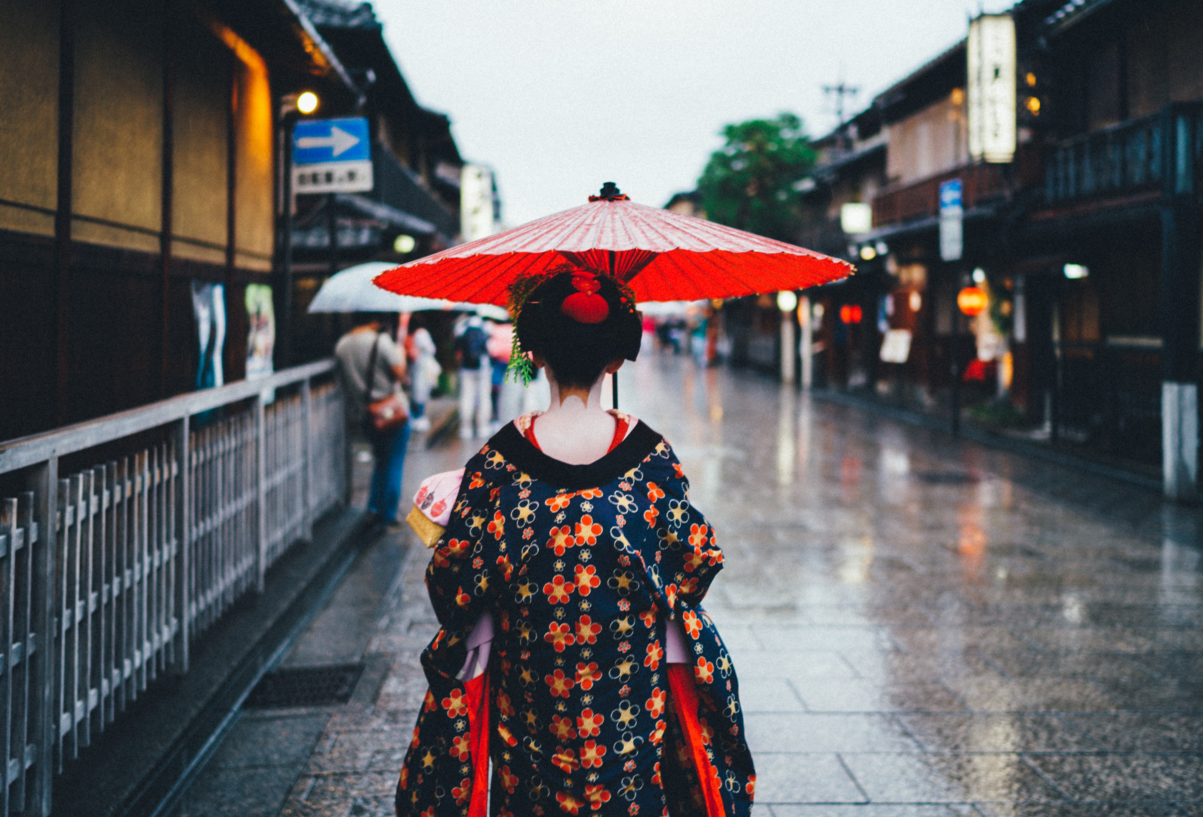 Review of The Pillow Book of Sei Shonagon. Photo by Sorasak of the back of a Japanese geisha walking down city street.