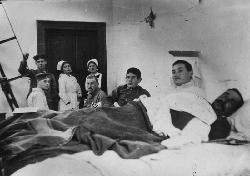 An image of a group of nurses and patients in a WWI hospital.