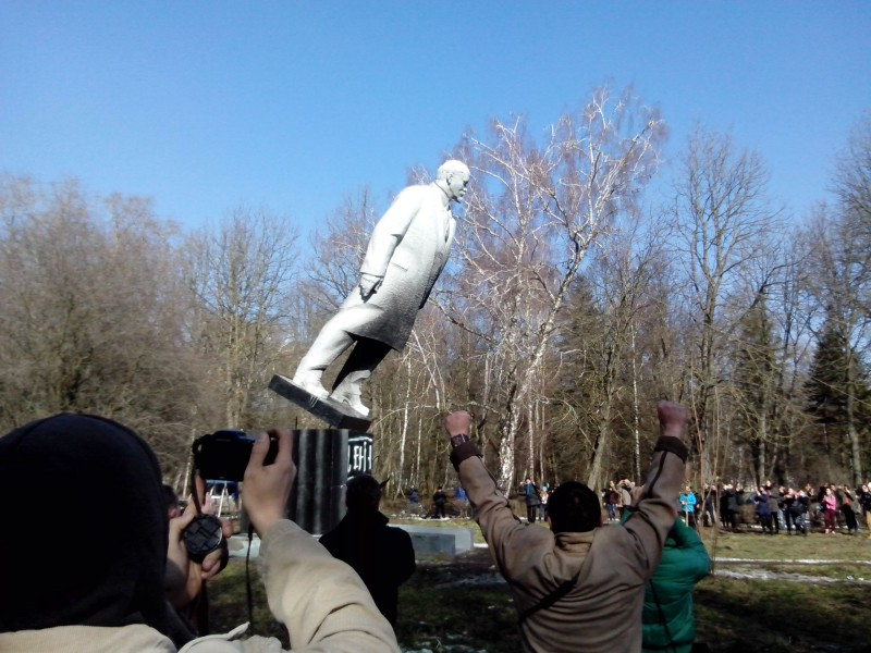 Statue of Lenin being toppled