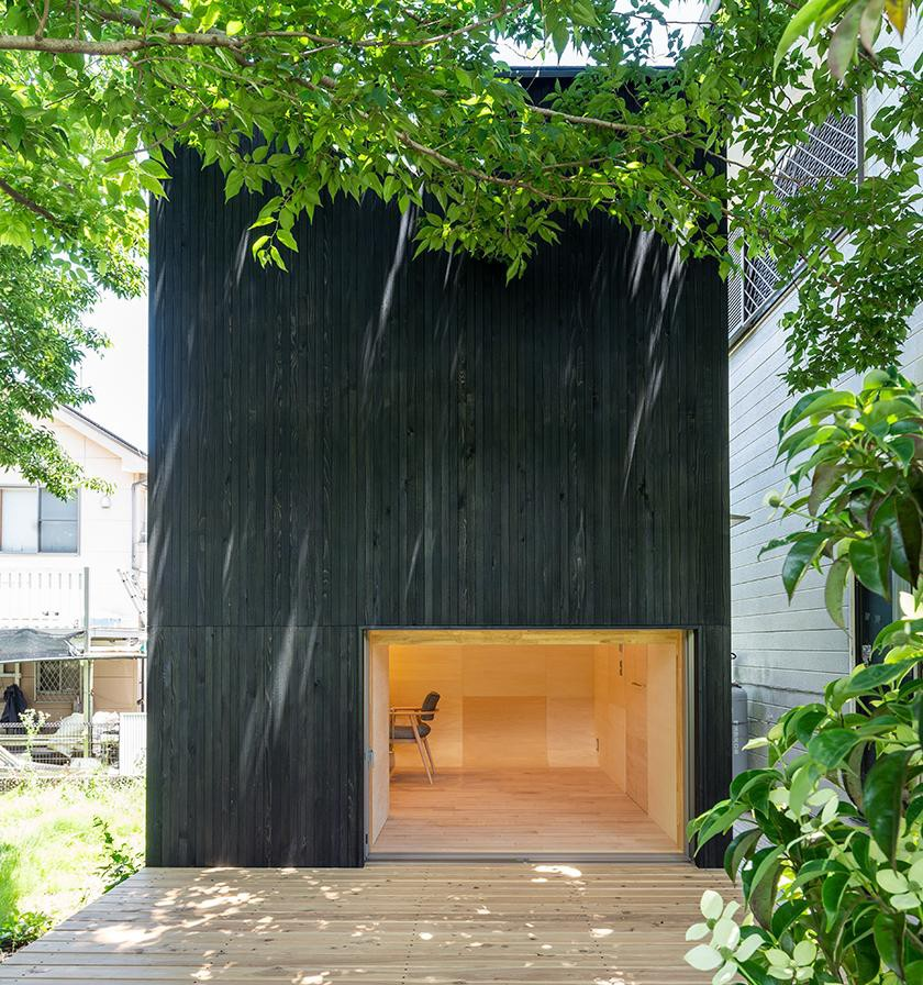 The self-contained 'Tunnel' studio by Takehiko Suzuki Architects is made out of clad in charred Japanese cedarwood. (Photo: M