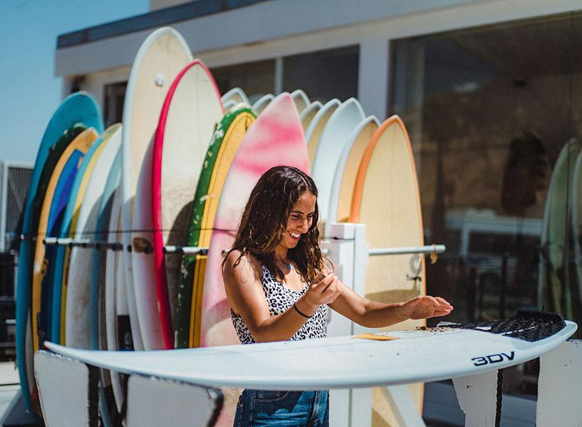 By defying local stereotypes, Meryem is changing the image of surfers in her community. (Photo: Simon Guillemin, She Surf)