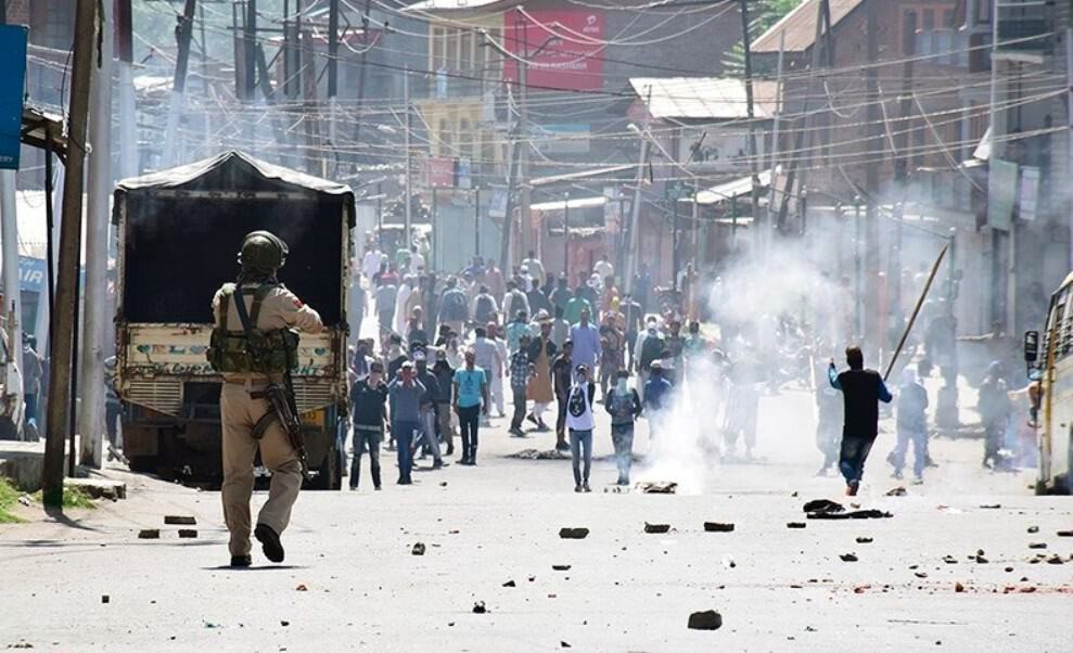 Armed soldiers conflict with civilians in Kashmir