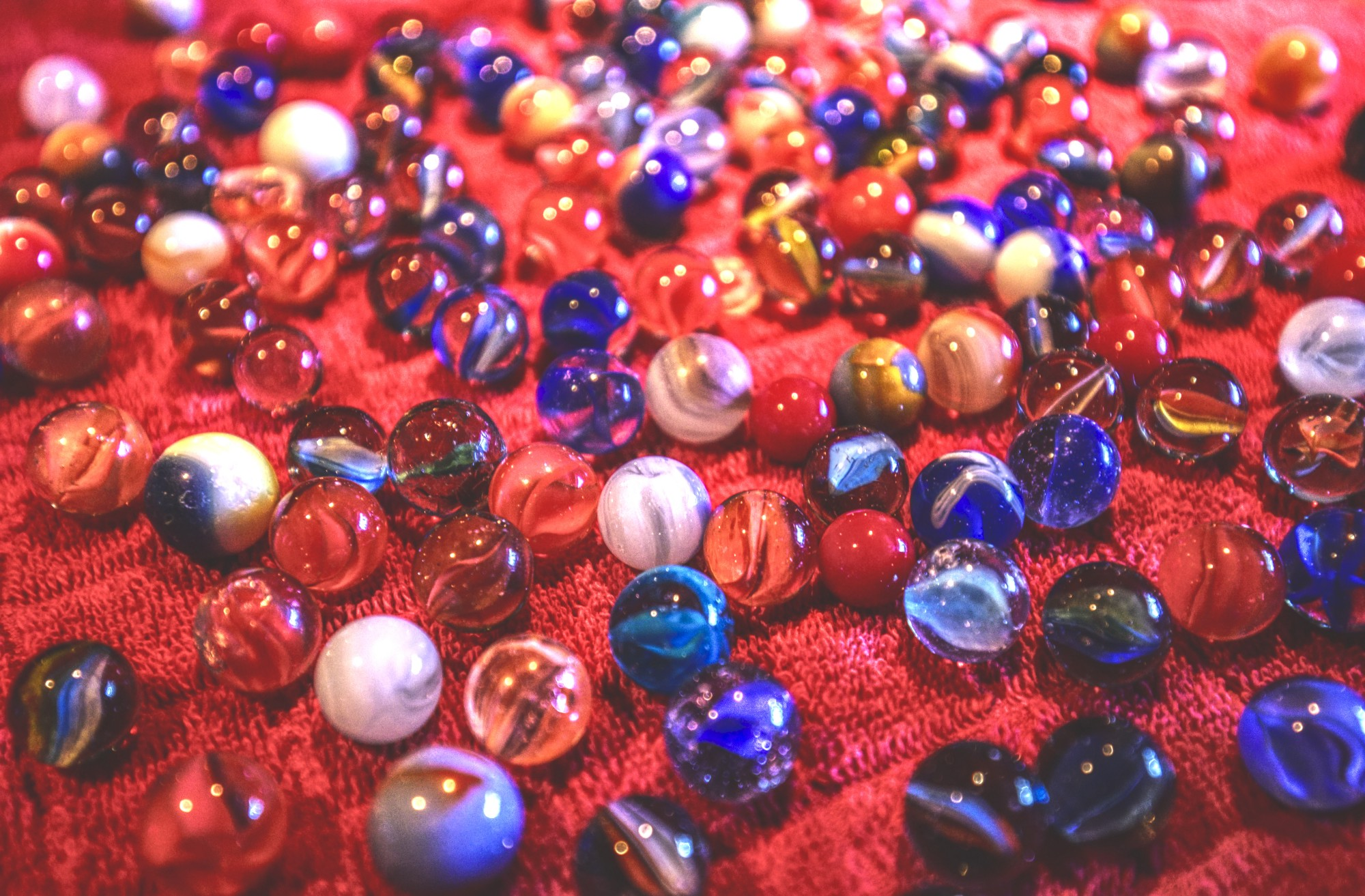 Hi there! Pictures of many marbles on the floor. BichoDoMato.