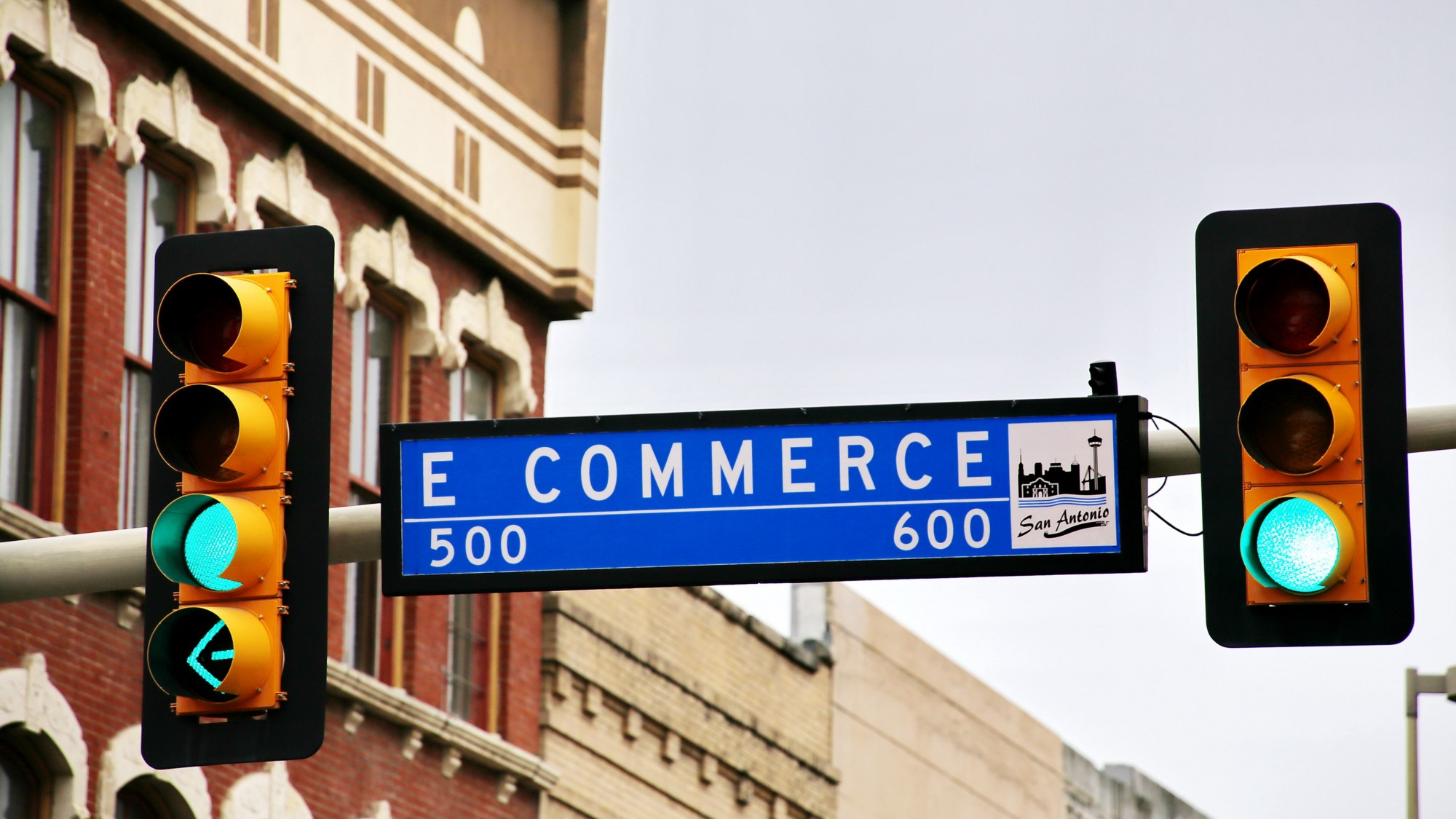 Traffic light sign with the text 'e-commerce'