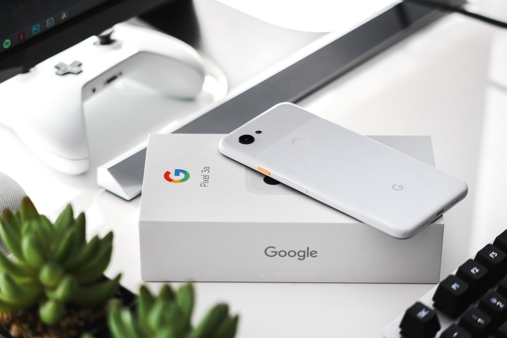 Image of Google Pixel 3a phone on top of its box