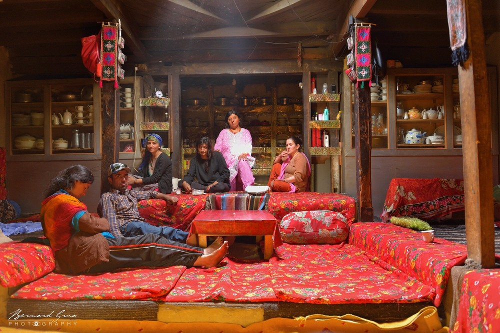 Zood Khun: House of Mrs Bibi Numa with some members of her family, Dildung is covered by colored fabrics — Photo Bernard Grua